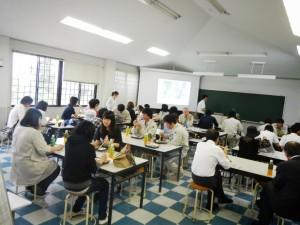 昼食は学生と共に食べました